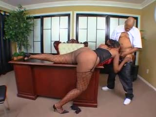 Ebony babe presents and acquires screwed